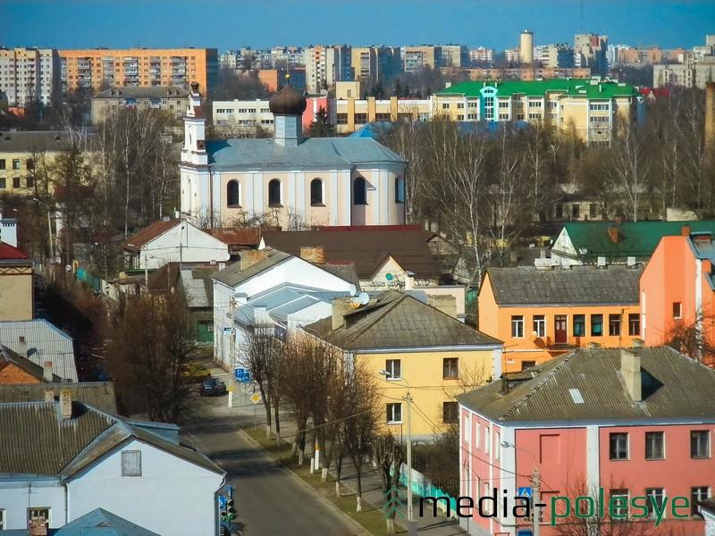 Улица Советская - вдали Свято-Варваринская церковь