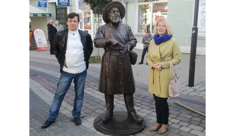 слева автор скульптуры Алексей Павлючук из Бреста, справа директор музея Белорусского Полесья Ирина Демчук