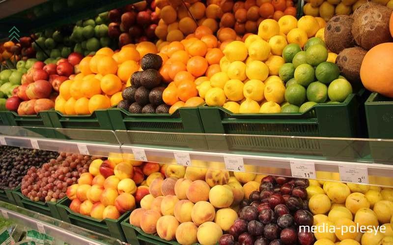 На прилавках множество свежих фруктов