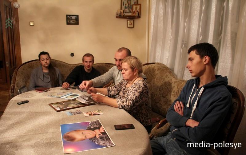 Мама Александра Коржича Светлана Николаевна с друзьями сына