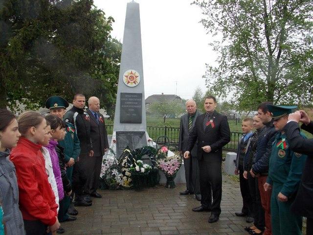 Автомотопробег по Столинщине в 2015 году. Возложить цветы к братским могилам выходили и школьники. Фото со странички «Столинский РК ОО «БРСМ» в «ВКонтакте»