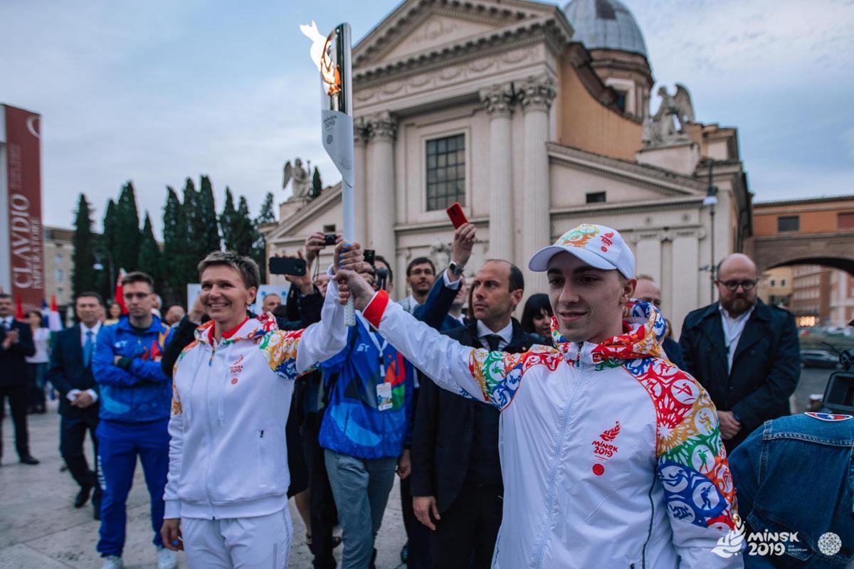 Фото с сайта minsk2019.by Олимпийская чемпионка Юлия Нестеренко (слева) первая пронесёт факел по территории Беларуси