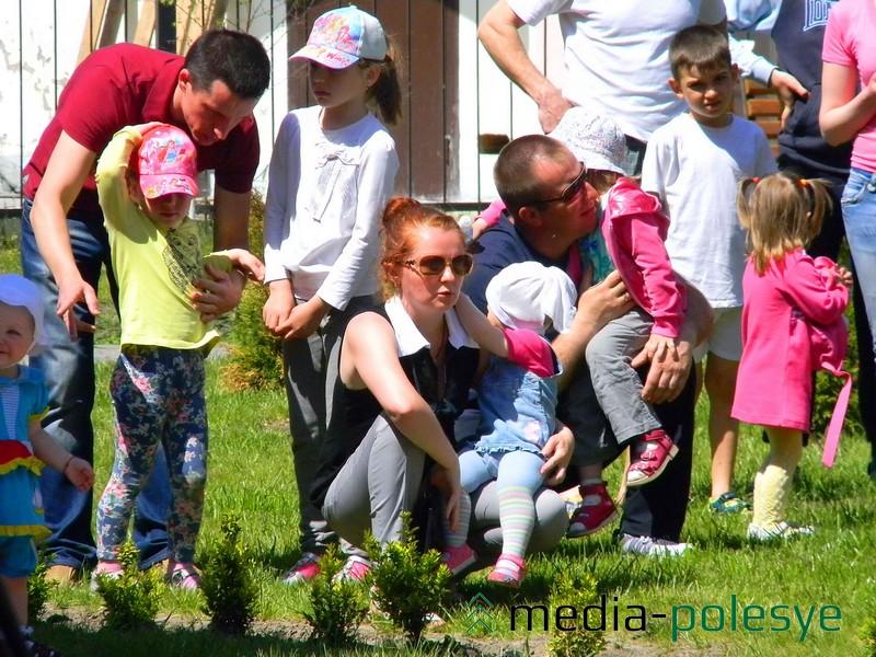 На открытие поликлиники пришло много родителей с детьми
