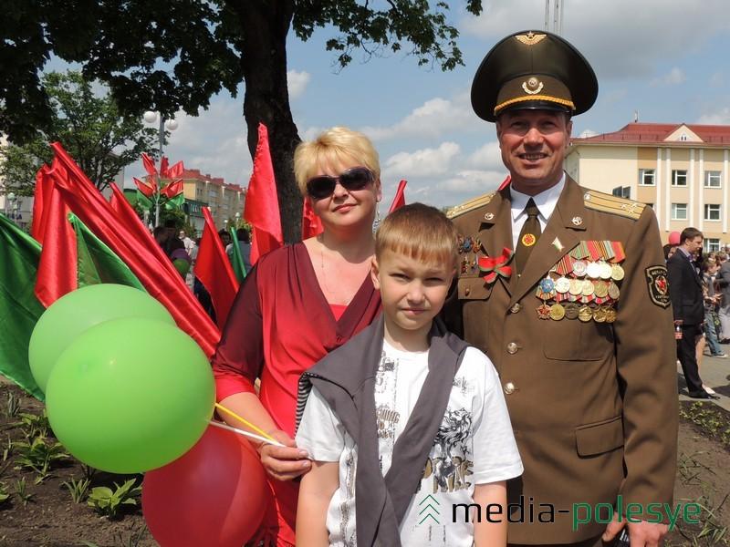 Владимир Семенюк с супругой и младшим сыном в День Победы