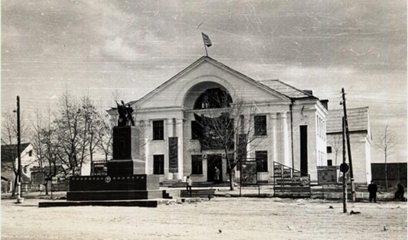 Дом культуры, памятник освободителям