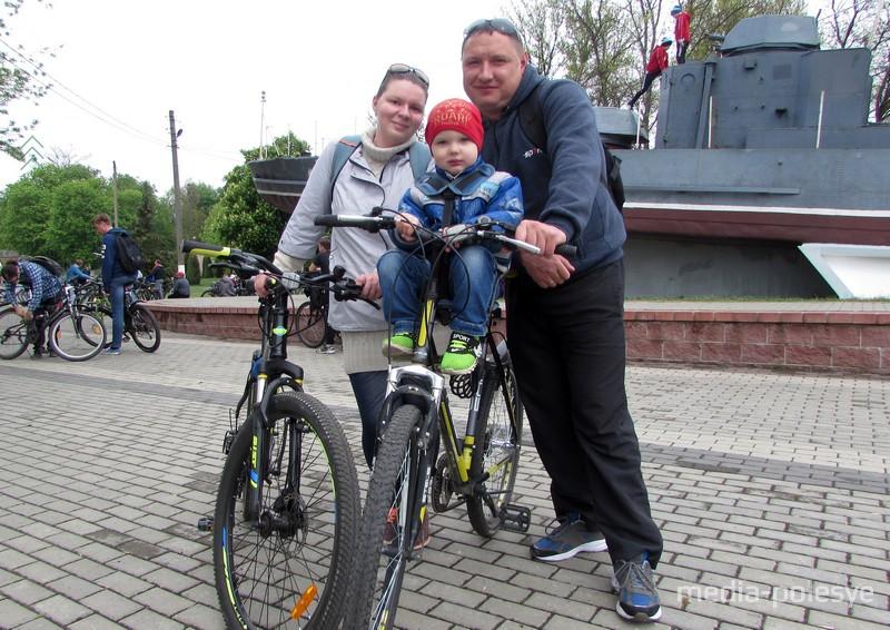 Семья Савило: папа Сергей, мама Ольга и сын Владик. Они постоянно катаются на велосипедах, часто за день проезжают по городу 20-25 километров