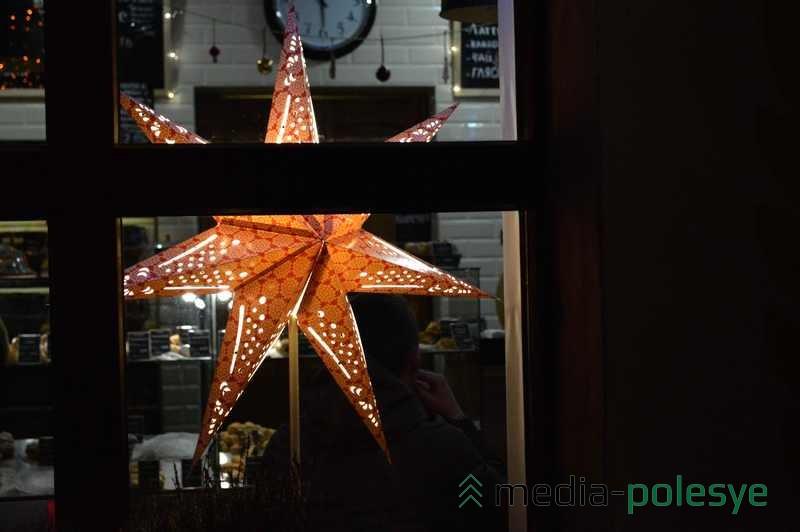 Калядная зорка в окне булочной «Залаты колас»