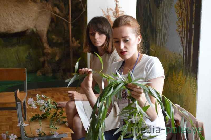 Анна Светлова (на первом плане) подсказывала девушкам тонкости плетения венков. На заднем плане одна из участниц конкурса Екатерина Скируха