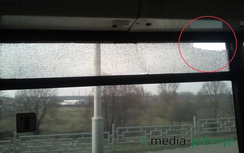В салон автобуса осыпалась часть осколков, остальные остались на плёнке триплекса