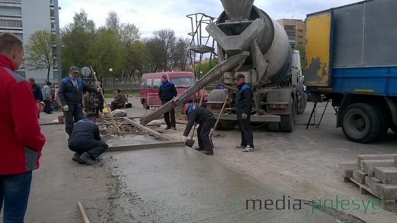 Рабочие РСУ бетонируют площадку для новых торговых мест