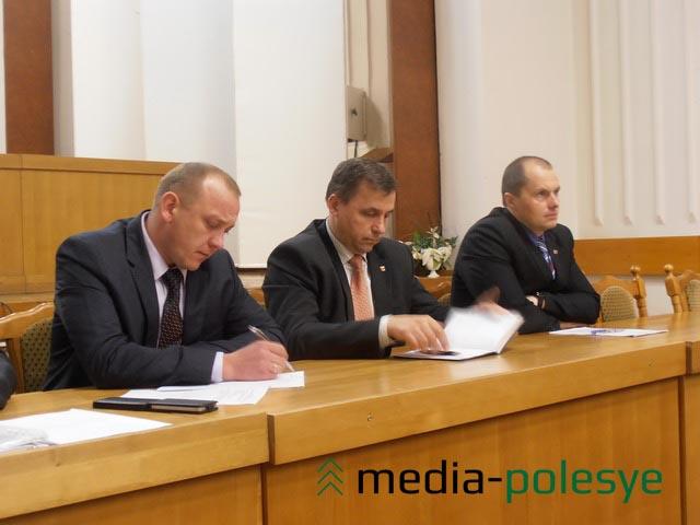 Андрей Мулярчик (на переднем плане) записывал все поступившие предложения
