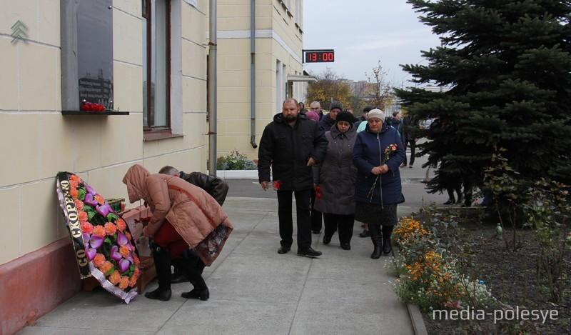 В 13.00 (предположительное время взрыва) родные и близкие погибших идут возлагать цветы к памятной доске