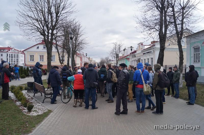 Около часа пинчуки стояли на пешеходном участке улицы Первомайской, в это время Максима увели дворами в безопасное место