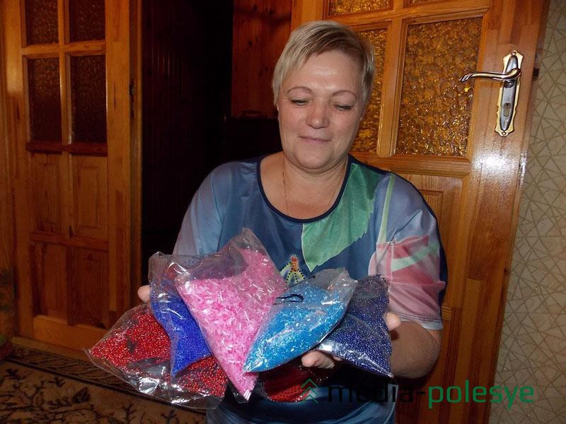 Пакетами Татьяна закупает бисер разных цветов на рынке в Москве