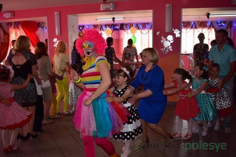 Ребята и родители веселились вместе с клоунессой