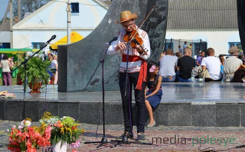 На празднике в Давид-Городке играет Максим Каллаур