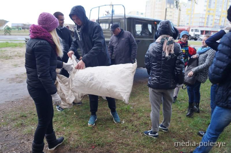 Волонтёрам раздают перчатки и пакеты для раздельного сбора мусора
