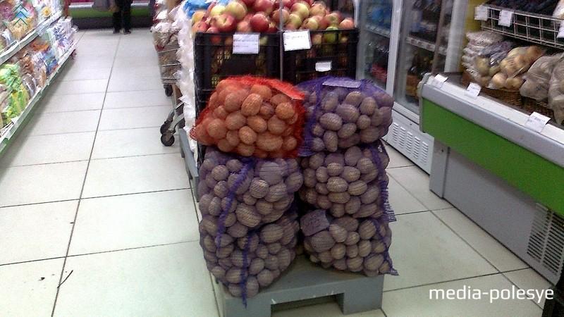 В магазине «Кооператор» и в сетке, и в пакетах стоимость картофеля - 27 копеек за кило