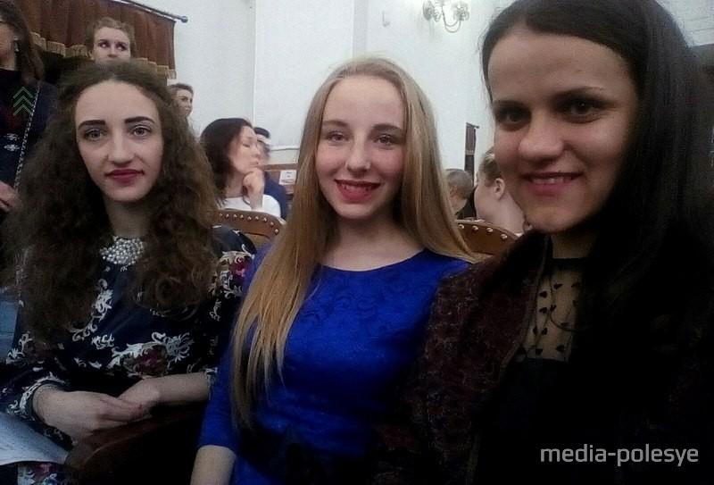 Слева направо: концертмейстер Екатерина Гарбар, участница конкурса Виктория Подун, педагог Светлана Бирюкова