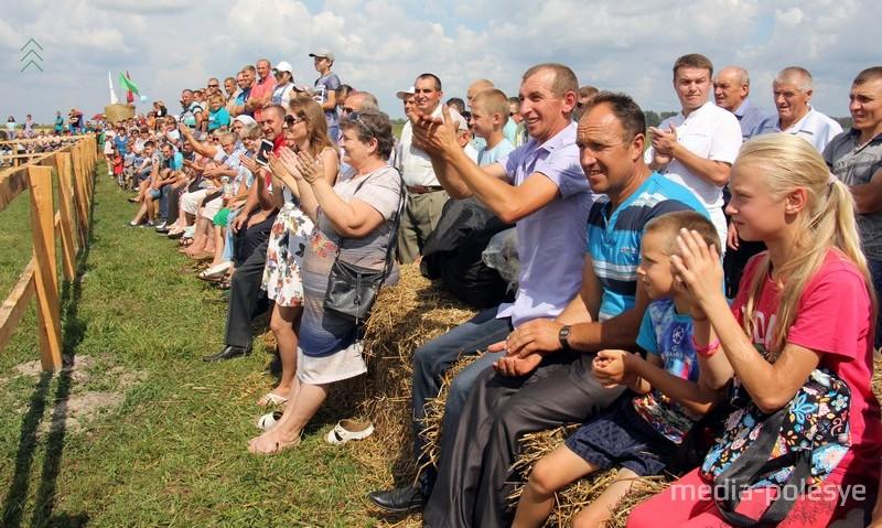 На фестивале было много зрителей, к месту его проведения то и дело подъезжали авто на российских номерах