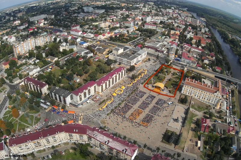Современная главная площадь Пинска выглядит довольно пустынной без архитектурной доминанты (красным обозначено место, где стоял костёл). Далее по тексту фото Олега Шумигая