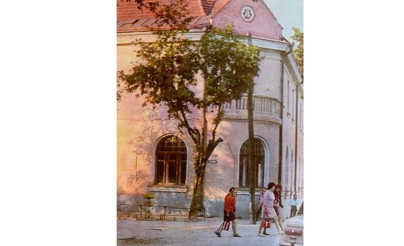 здесь на пятый день после нападения гитлеровской Германии на Советский Союз, 26 июня 1941 г., был организован первый в Белоруссии партизанский отряд. Улица, где стоит это здание, носит имя Героя Советского Союза В.З. Коржа.