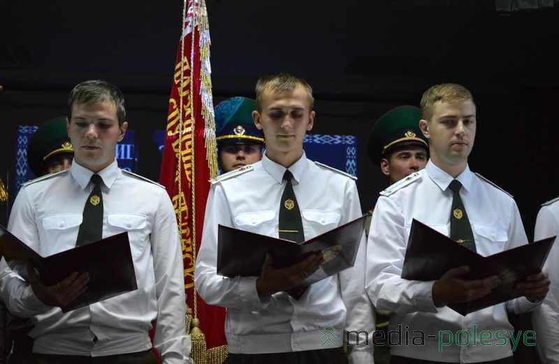Молодые офицеры зачитывают кодекс чести