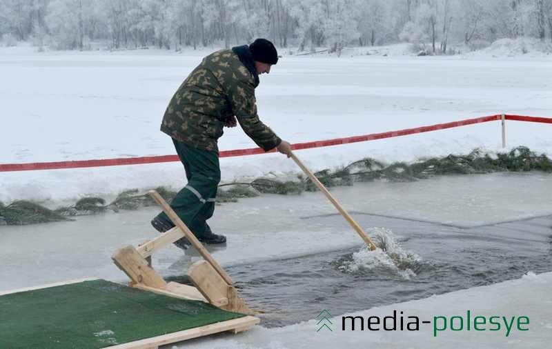 Поверхность воды схватывается корочкой льда