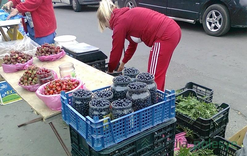 Здесь ягоду поставили повыше