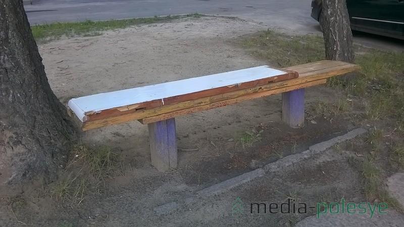 Скамейки жители ремонтируют подручными материалами