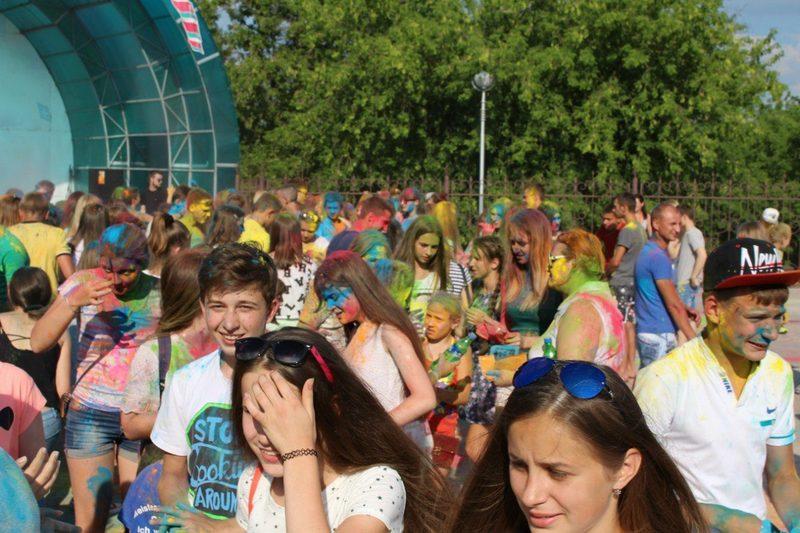Краски хватило на всех. Фото со странички группы =Молодёжь Столинщины= в соцсети Одноклассники