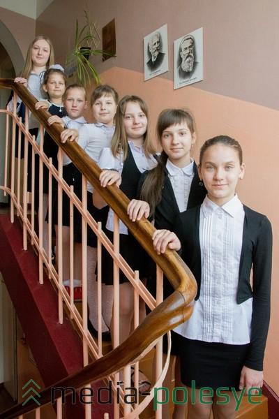 Преподаватель по классу фортепиано Юлия Калютич и её ученицы