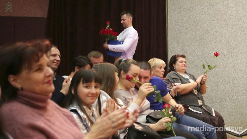 Цветы от Андрея Шевчика во время выступления в роли Стаса Михайлова