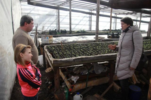Николай показывает своё подсобное хозяйство