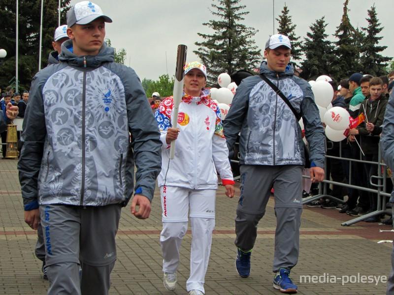 Пинчанка, известная спортсменка Анна Батюшко первой понесла факел