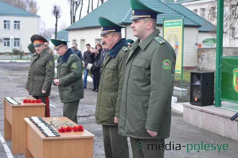 Старшие командиры при вручении офицерских погон дарили цветы девушкам-пограничницам
