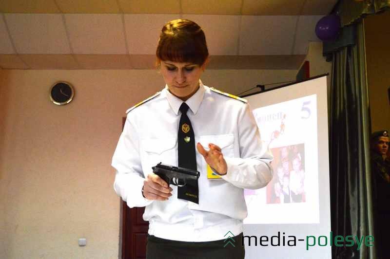 Оксана Тропец разбирает «Макарова». На полную разборку пистолета – чуть более 6 секунд