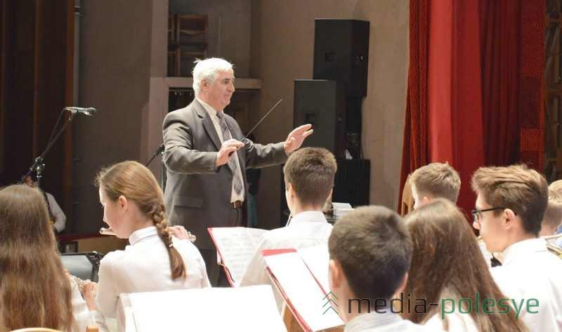 Играет оркестр гимназии №З
