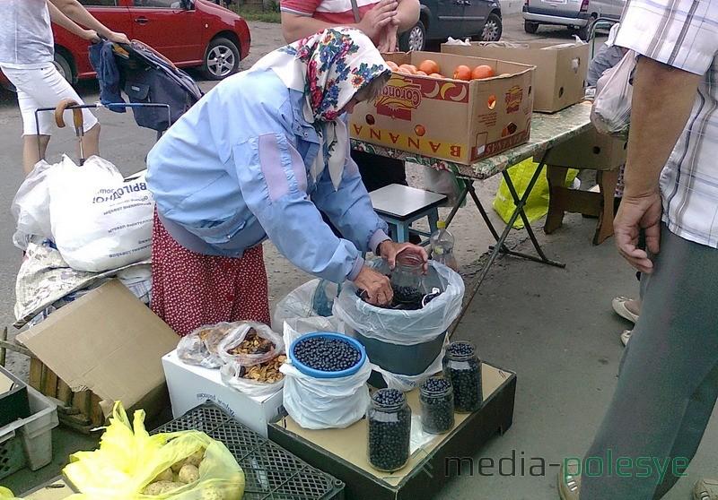 У этой бабушки есть справка на чернику из лаборатории