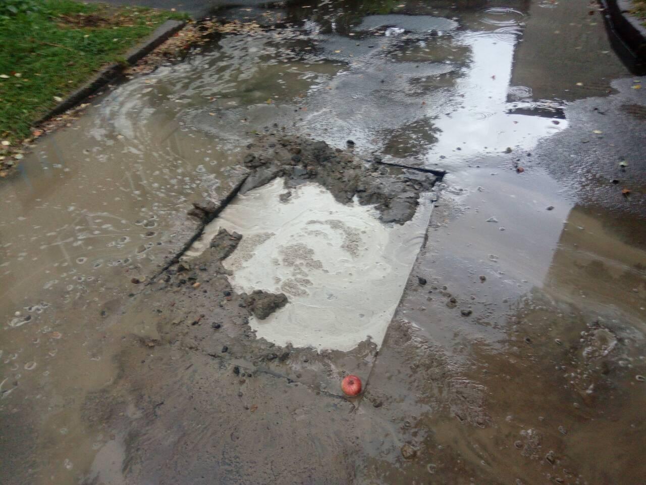 В Пинске карета скорой помощи провалилась в дорожную яму