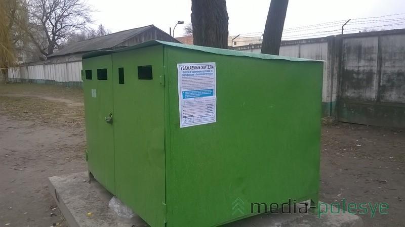 На контейнерах для мусора