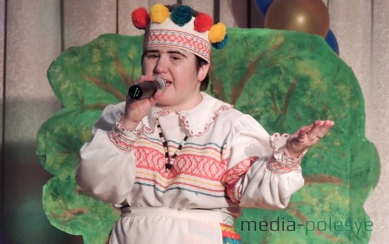 Выступает воспитанница отделения дневного пребывания инвалидов Елена Лешко с песней =Дорога добра=