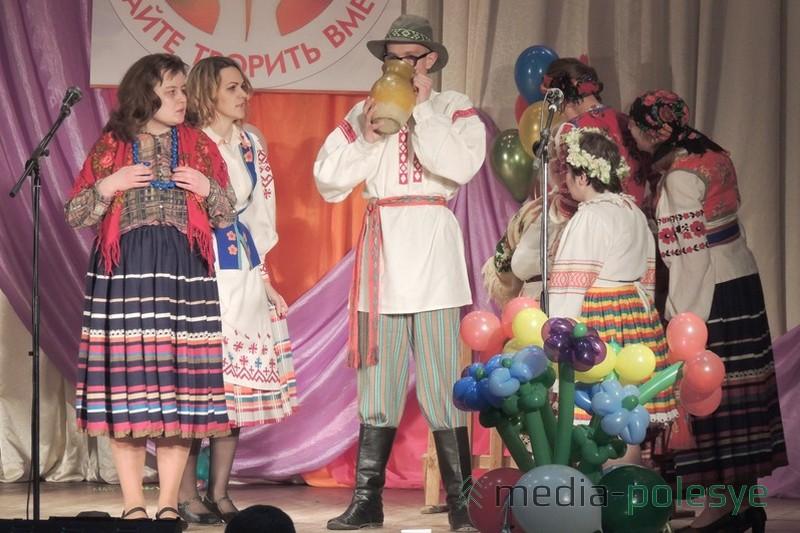 На сцене – воспитанники отделения дневного пребывания инвалидов с театрализованной постановкой