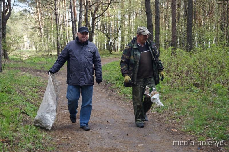 Лесничий Андрей Толковец с напарником