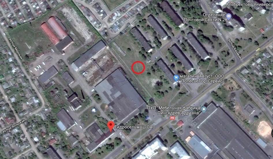 Промоина образовалась на пустыре, но в нескольких десятках метров находятся жилые дома, раньше на этом месте была игровая площадка. Использовались гугл-карты