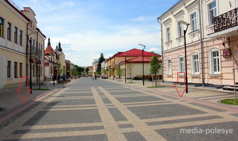 Эти розовые гранитные бордюры выделяют исторический створ старинной улицы