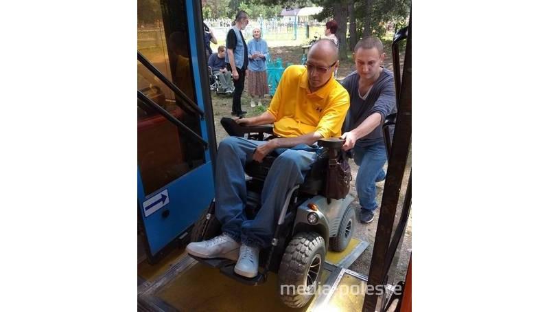 Автобусный парк предоставил автобус с пандусом. Валерий Тимакин (на снимке) рассказал, что водитель был очень вежливым, аккуратно ехал и помогал в поездке