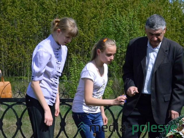 Ученики ставят свечи на месте захоронения евреев в Логишине