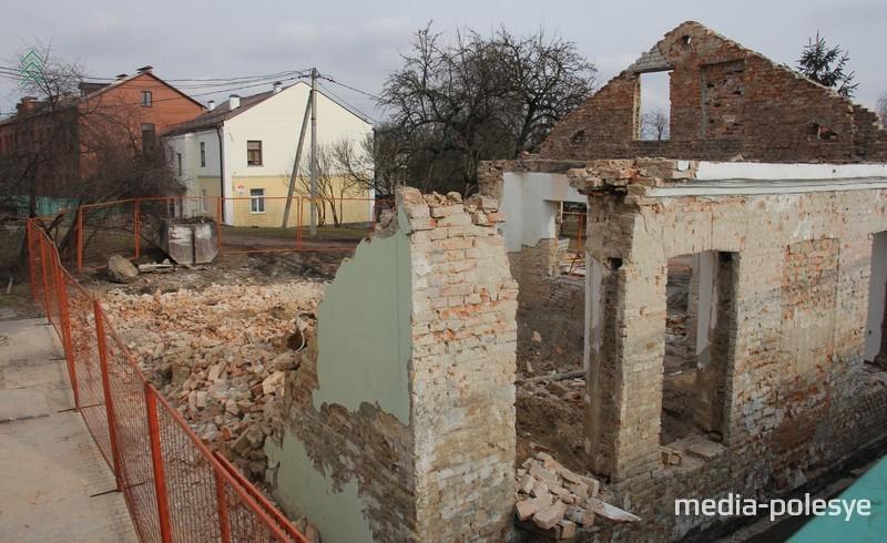 Две стены обрушились