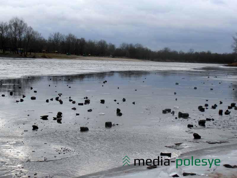 С каждым годом булыжников на пинской набережной становится всё меньше. Их сотнями просто кидают в воду или на лёд